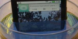 Batería de celular recargada con orina humana