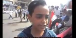 Asombra niño egipcio de 12 años hablando de política