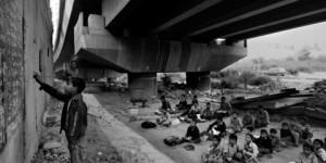 Escuela gratuita abajo de un puente en la India