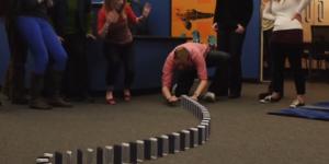 Juego de dominó hecho con 10,000 iPhones 5