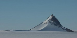 Tres Pirámides en la Antártida