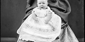 Madres Invisibles: ¿Por qué las madres se escondían para fotografiar a sus hijos?