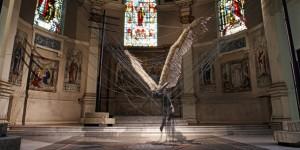 Una estatua de lucifer gigante dentro de una iglesia católica