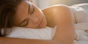 Razones por las que dormir desnudo es realmente bueno